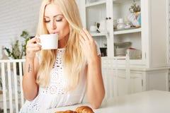 Piękna młoda blondynki kobieta cieszy się świeżego Fotografia Royalty Free