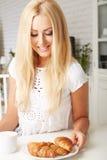 Piękna młoda blondynki kobieta cieszy się świeżego Zdjęcie Stock