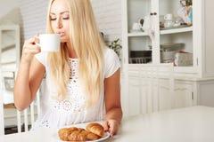 Piękna młoda blondynki kobieta cieszy się świeżego Obrazy Royalty Free