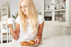 Piękna młoda blondynki kobieta cieszy się świeżego Zdjęcia Stock
