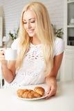 Piękna młoda blondynki kobieta cieszy się świeżego Obrazy Stock