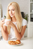 Piękna młoda blondynki kobieta cieszy się świeżego Obraz Royalty Free