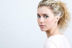 Piękna młoda blondynki kobieta patrzeje kamerę Fotografia Stock