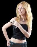 Piękna młoda blondynki kobieta z długie włosy i biżuteria na zmroku background.portrait maksimum zdjęcia royalty free