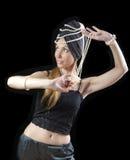 Piękna młoda blondynki kobieta z długie włosy i perłą tanczy orientalnego tana na ciemnym tle Fotografia Royalty Free
