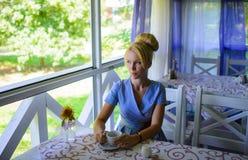 Piękna młoda blondynki kobieta z filiżanką herbata Fotografia Royalty Free
