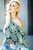 Piękna młoda blondynu modela dziewczyna w lato modnisiu odziewa z deskorolka Obrazy Stock