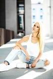 Piękna młoda blondynu modela dziewczyna w lato modnisiu odziewa z deskorolka obrazy royalty free