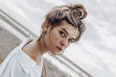 Piękna młoda boho stylu dziewczyna na plaży przy zmierzchem potomstwa na obrazy royalty free