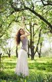 Piękna młoda brunetka cieszy się wiosnę Obrazy Royalty Free