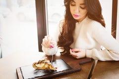 Piękna młoda brunetka ma plasterek organicznie jabłczany kulebiak, Zdjęcia Stock
