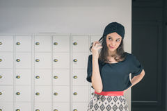 Piękna młoda brunetka pozuje w biurze Zdjęcia Stock