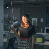 Piękna młoda brunetka pozuje w biurze Fotografia Stock