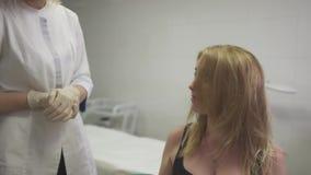 Piękna młoda brunetka przy przyjęciem dermatolog zbiory