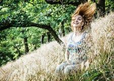 Piękna młoda brunetka rzuca włosy w naturze Fotografia Royalty Free