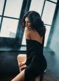 Piękna młoda brunetka w czarny eleganckim otwiera suknię w fantazi Zdjęcie Royalty Free