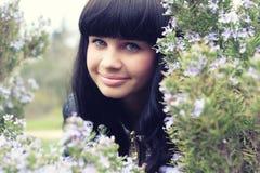 Młoda brunetka w trawy polu Obrazy Stock