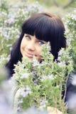 Młoda brunetka w trawy polu Zdjęcia Royalty Free