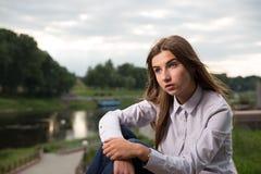 Piękna młoda brunetki dziewczyna Obrazy Royalty Free
