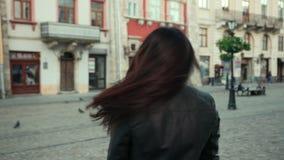 Piękna młoda brunetki dziewczyna ono uśmiecha się wiruje przed kamerą i jej włosy poci się i wiruje w wiatrze ProRes zdjęcie wideo