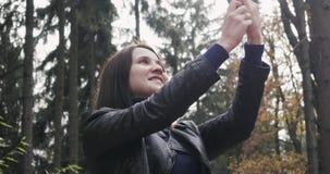 Piękna Młoda brunetki kobieta Bierze Selfie Używać Smartphone Zamyka Up Szczęśliwa dziewczyna Używa Smartphone Outdoors Wewnątrz zbiory wideo