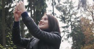 Piękna Młoda brunetki kobieta Bierze Selfie Używać Smartphone Zamyka Up Szczęśliwa dziewczyna Używa Smartphone Outdoors Wewnątrz Zdjęcia Royalty Free