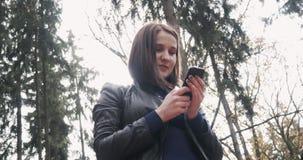 Piękna Młoda brunetki kobieta Bierze Selfie Używać Smartphone Zamyka Up Szczęśliwa dziewczyna Używa Smartphone Outdoors Wewnątrz Zdjęcia Stock