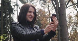 Piękna Młoda brunetki kobieta Bierze Selfie Używać Smartphone Zamyka Up Szczęśliwa dziewczyna Używa Smartphone Outdoors Wewnątrz Fotografia Stock