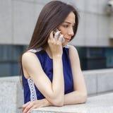 Piękna młoda brunetki kobieta dzwoni telefonem Obrazy Stock