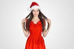 Piękna młoda brunetki kobieta jako Santa dziewczyna zdjęcia royalty free