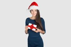 Piękna młoda brunetki kobieta jako Santa dziewczyna obraz stock