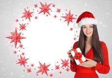 Piękna młoda brunetki kobieta jako Santa dziewczyna zdjęcia stock