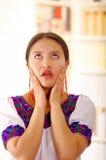 Piękna młoda brunetki kobieta jest ubranym tradycyjną andyjską białą bluzkę z błękitnymi dekoracyjnymi krawędziami, okładzinowa k obraz royalty free