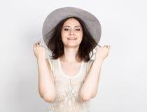 Piękna młoda brunetki kobieta trzyma być wypełnionym czymś kapelusz dziewczyna flirtuje pojęcie wyrażenie różne emocje obrazy stock