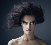Piękna młoda brunetki kobieta z jaskrawej mody stubarwnym makijażem. zdjęcie royalty free