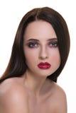 Piękna młoda brunetki kobieta z perfect skóry zbliżenia portretem odizolowywającym na białym tle Falista fryzura Jaskrawy luksus  obrazy royalty free