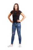 Piękna młoda brunetki kobieta z rękami na jej biodrach zdjęcia royalty free