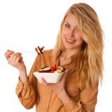 Piękna młoda caucasian blondynki kobieta je wyśmienicie sałatki a Fotografia Stock