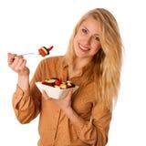 Piękna młoda caucasian blondynki kobieta je wyśmienicie sałatki a Zdjęcia Royalty Free