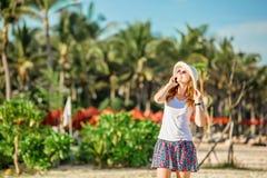 Piękna młoda caucasian kobieta przy plażą wewnątrz Zdjęcia Royalty Free
