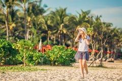 Piękna młoda caucasian kobieta przy plażą wewnątrz Obrazy Royalty Free
