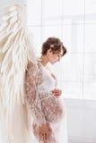 Piękna młoda ciężarna dziewczyna z dużym aniołem uskrzydla Zdjęcie Stock