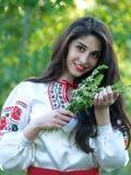 Piękna młoda czarnogłowa mała dusza w krajowym Ukraińskim kostiumu Atrakcyjna kobieta z piękny pojawienia pozować zdjęcia stock