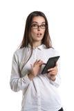 Piękna młoda długowłosa kobieta w szkłach z ebook Ludzkie emocje, niespodzianka, usta otwarty zdjęcie stock