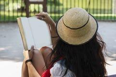 Piękna młoda dama czyta książkę w parku fotografia royalty free