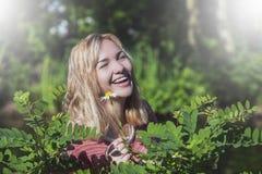 Piękna młoda dziewczyna śmia się szczęśliwie z zamkniętymi oczami w pictur fotografia royalty free