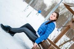 Piękna młoda dziewczyna angażuje w rozciąganiu i gimnastykach ja Obraz Royalty Free