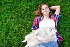 Piękna młoda dziewczyna bawić się z jej psem Obraz Stock