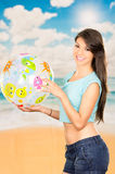 Piękna młoda dziewczyna bawić się z plażową piłką Obraz Stock