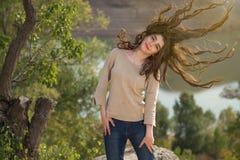 Piękna młoda dziewczyna cieszy się jej wolność obraz stock